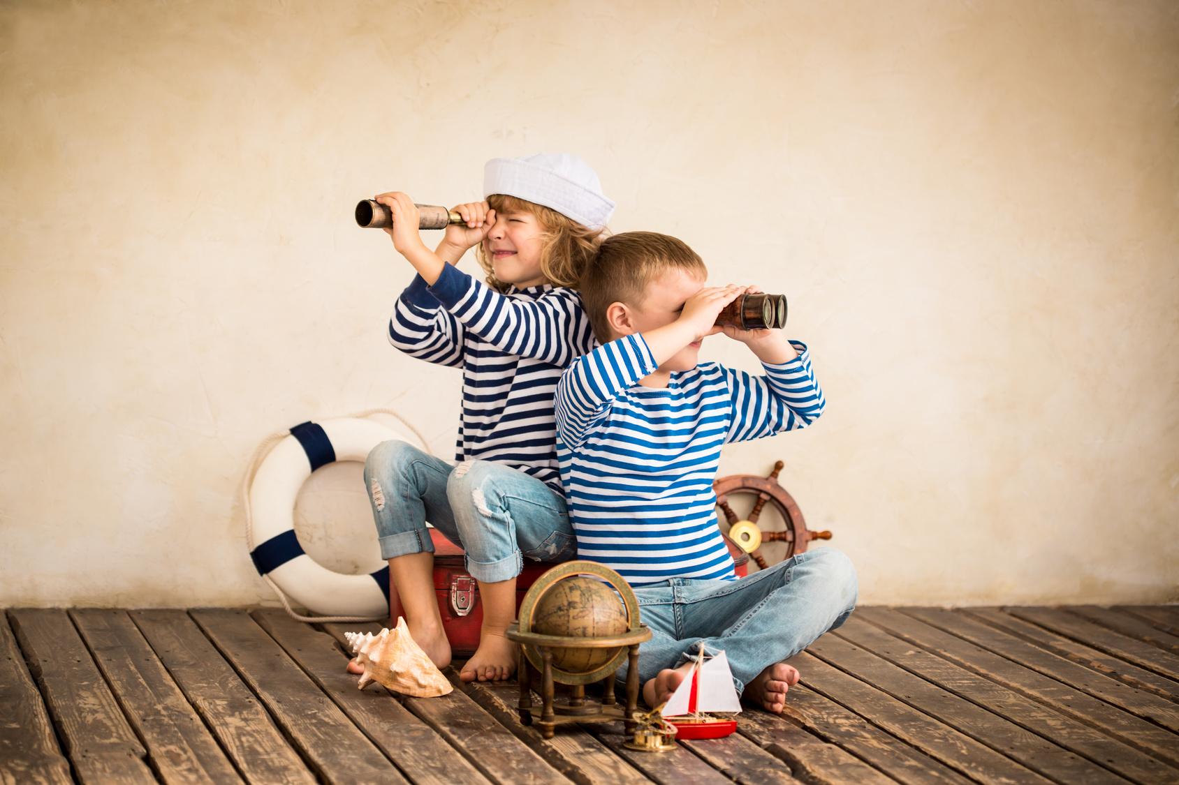 Deux enfants en bâteau
